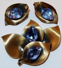 VINTAGE BRUSHED BRASS LEAVES BLUE / LILAC RHINESTONES BROOCH CLIP EARRINGS SET