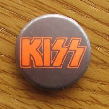 KISS LOGO OLD METAL BUTTON BADGE FROM THE 1980's LOGO RETRO