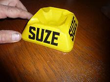 Beau cendrier en verre peint SUZE en noir sur fond jaune - Année 30 apparemment