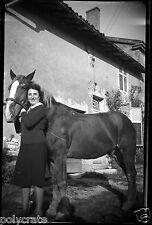 Jeune femme avec cheval - négatif photo ancien an. 1940 negative