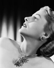 Joan Fontaine UNSIGNED photo - C209 - BEAUTIFUL!!!!!