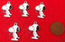 Un ensemble de 5 x snoopy le chien (charlie brown) émail charme pendentifs avec coeur (C1)