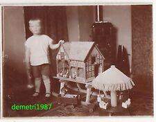 Foto Bube mit Bauernhof Stall Spielzeug Karusell Affe 1932 Güterloh ! (F1042