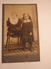 2 kleine Kinder - Mädchen & Kleinkind - Baby im Kinderstuhl - Stehlingen / CDV