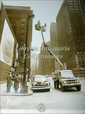 Photo Fotografia USA CHICAGO 1953 Grounded SKY LIFT Truck FORD Edison Maxwell
