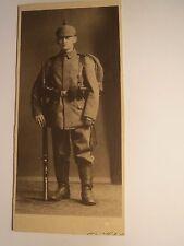 stehender Soldat in Uniform mit Ausrüstung Gewehr Helm Stiefel / KAB
