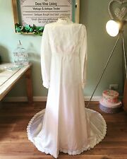 ELEGANT TRUE VINTAGE ANTIQUE WHITE LARGE DAISY APPLIQUE WEDDING GOWN WITH TRAIN
