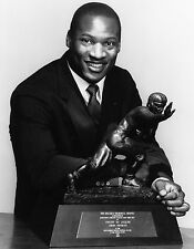 RAIDERS,  WHITE SOX GREAT BO JACKSON WITH HIS HEISMAN TROPHY 8X10