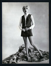 "EARLY SEXY GOLDIE HAWN IN A MINI-SKIRT - OVERSIZE DBLWT IN EXC CON 10""X13"" 60's"
