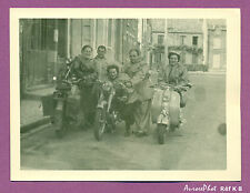PHOTOGRAPHIE VINTAGE SNAPSHOT, SCOOTERS & MOTOS, PHOTO SOUVENIR GROUPE,1950 -K8