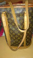 Louis Vuitton Bucket Grand, borsa più richiesti in una condizione di usato. svantaggio.