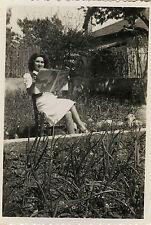PHOTO ANCIENNE - VINTAGE SNAPSHOT - JOURNAL LECTURE CURIOSITÉ FEMME ASSISE DRÔLE