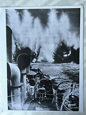 ww2 photo press  Une corvette canadienne attaque un s/marin allemand       196