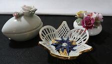 3 kleine Porzellanteile mit aufgesetzten Blüten, 2 Schalen, Kerzenhalter