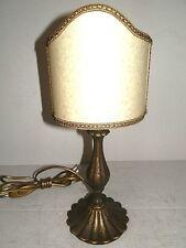 Lampada da tavolo ABAT-JOUR in ottone brunito con ventola in pergamena 34 cm
