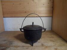 älterer kleiner französischer Gusstopf Kochtopf Feuerstelle