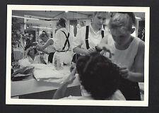 """RENNES (35) SALON de COIFFURE """"J. DESSANGE"""" COIFFEUSE au travail en 1987"""