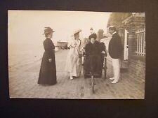 CPA - (Photo-carte) Dame en Fauteuil Roulant (vers 1900) + 3 Amis au Bord de Mer