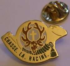 Pins Chasse La Racine cor de chasse  cerf croix signé Svan Epinal