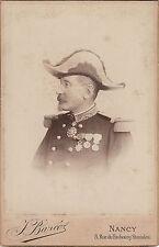 Format cabinet :Portrait de profil d'un général et sa coiffe , Légion d'honneur