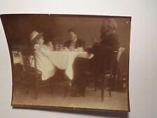 Mann mit Bart & Frau & Mädchen mit Hut beim Kaffee Trinken am Tisch Stuhl / Foto