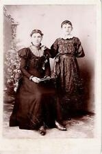 Cabinet Card Photo MOTHER & DAUGHTER in FANCY VICTORIAN DRESS.- Ca. 1890 - EXE+.