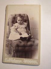 Wittenburg i. M. - auf einem Sessel sitzendes kleines Kind - Portrait / CDV
