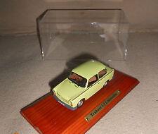 Trabant 1,1 Limousine  Atlas  1:43  mit Staubschutzhaube auf Holzsockel 17