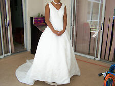 GINZA COLLECTION DESIGN WEDDING DRESS SIZE 8  FLORAL DESIGN V NECK SLEEVELESS