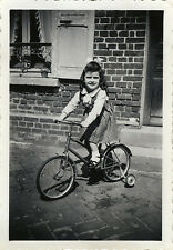 PHOTO ANCIENNE - VINTAGE SNAPSHOT - ENFANT FILLE VÉLO ROULETTES MODE - GIRL BIKE