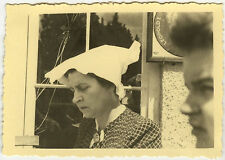 PHOTO ANCIENNE - FEMME GAG CHAPEAU HUMOUR-WOMAN FUNNY HAT HUMOR-Vintage Snapshot