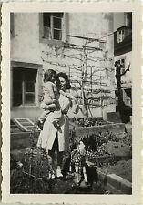 PHOTO ANCIENNE - VINTAGE SNAPSHOT - ENFANT CHEVAL DE BOIS JOUET JARDIN - TOY