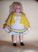1:12 SCALE DOLLS HOUSE GIRL IN HAND KNITTED WHITE/YELLOW  OUTFIT