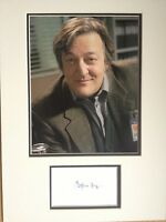STEPHEN FRY - TOP ACTOR & COMEDIAN - BRILLIANT SIGNED COLOUR PHOTO DISPLAY
