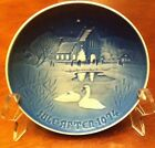 VINTAGE PORCELAIN COLLECTION PLATE CRISTMAS IN THE VILLAGE 1974 WHITE ,BLUE SWAM